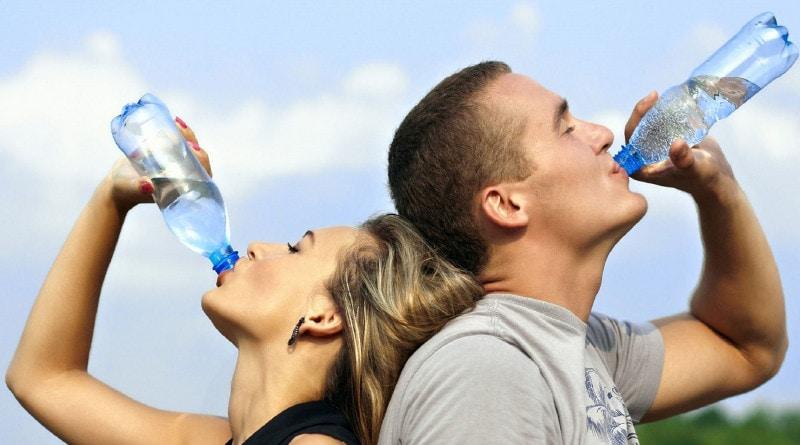 jaką wodę wybrać: filtrowaną, butelkowaną czy z kranu?